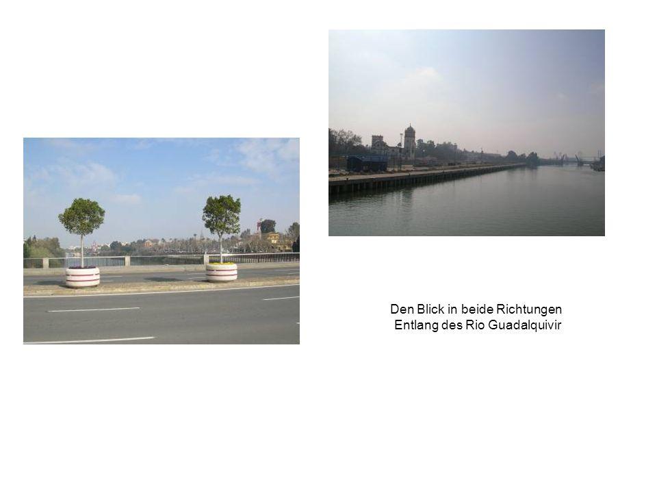 Den Blick in beide Richtungen Entlang des Rio Guadalquivir