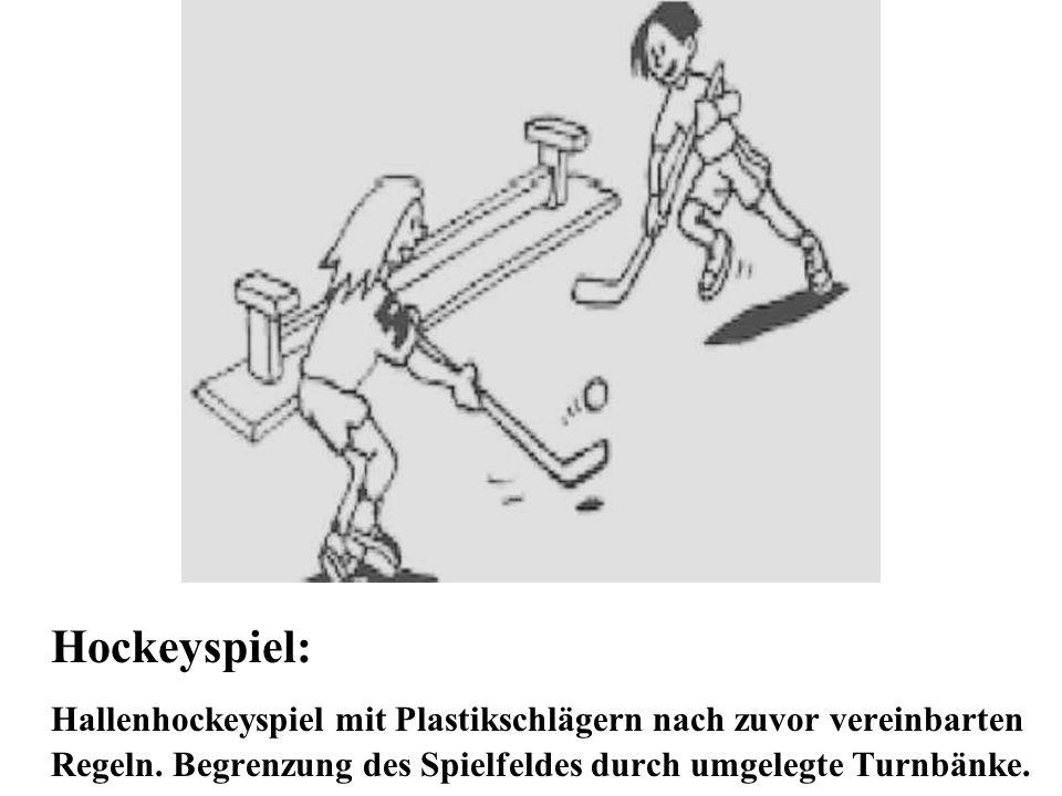 Hockeyspiel: Hallenhockeyspiel mit Plastikschlägern nach zuvor vereinbarten Regeln. Begrenzung des Spielfeldes durch umgelegte Turnbänke.