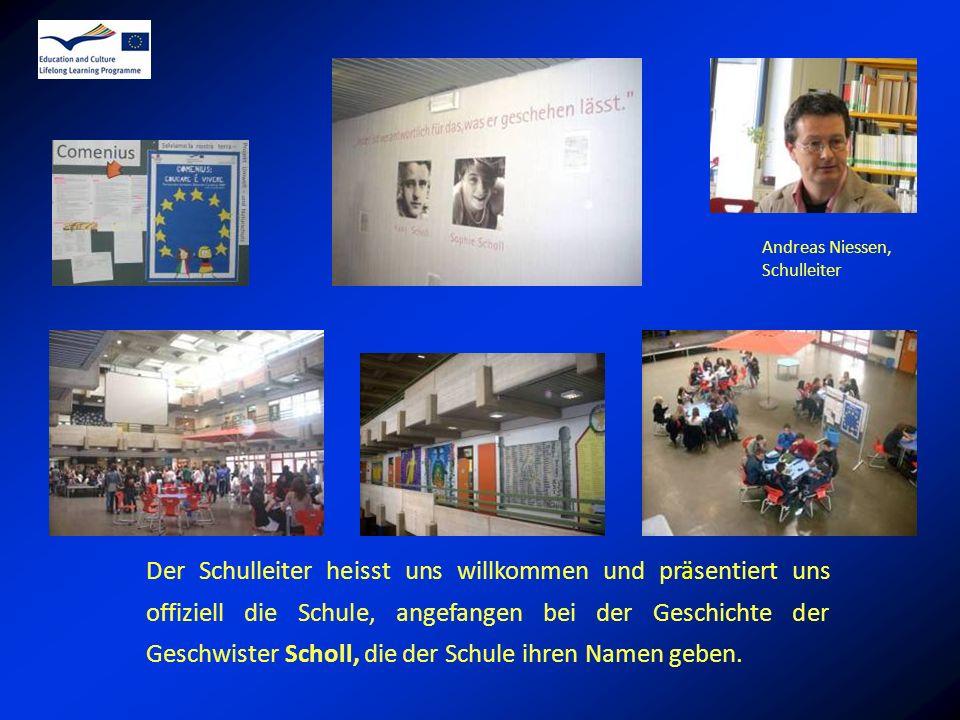 Der Schulleiter heisst uns willkommen und präsentiert uns offiziell die Schule, angefangen bei der Geschichte der Geschwister Scholl, die der Schule ihren Namen geben.