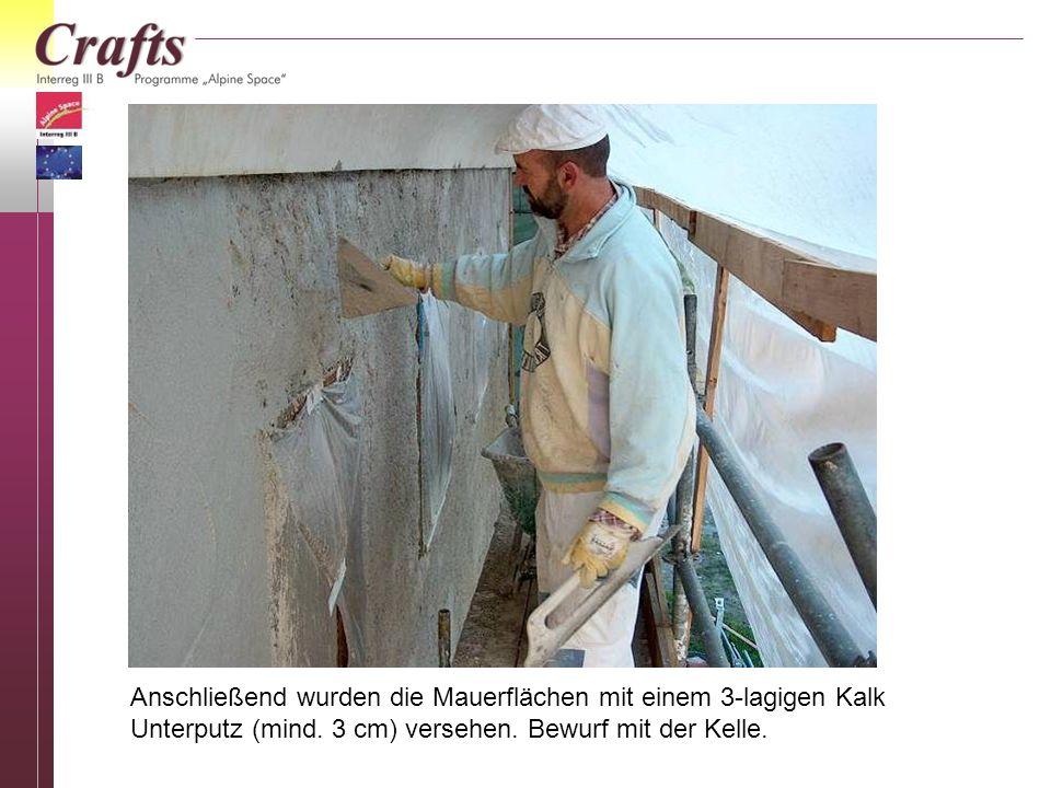 Anschließend wurden die Mauerflächen mit einem 3-lagigen Kalk Unterputz (mind. 3 cm) versehen. Bewurf mit der Kelle.