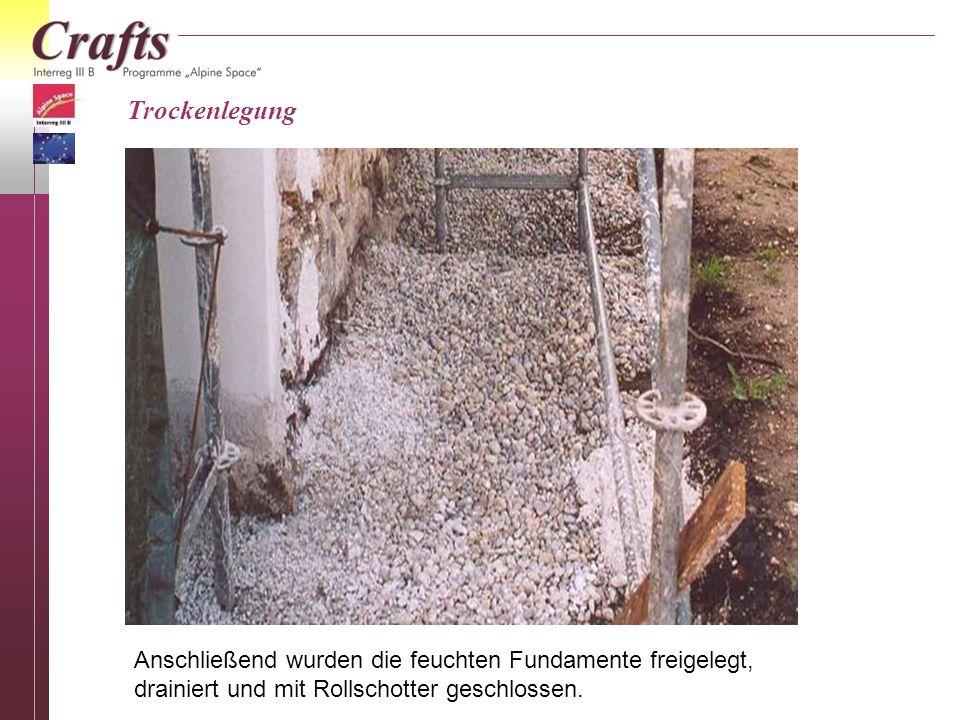 Anschließend wurden die feuchten Fundamente freigelegt, drainiert und mit Rollschotter geschlossen. Trockenlegung