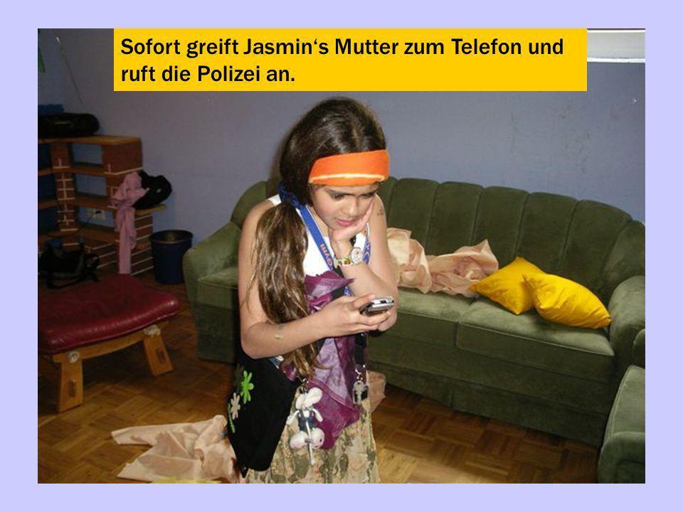 Sofort greift Jasmins Mutter zum Telefon und ruft die Polizei an.