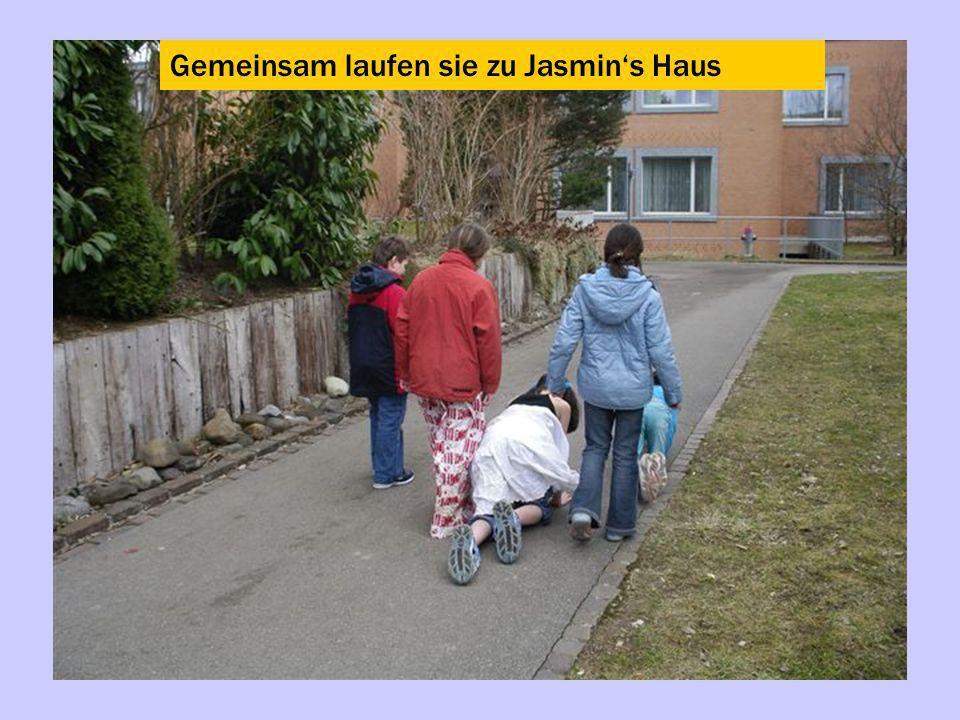 Gemeinsam laufen sie zu Jasmins Haus