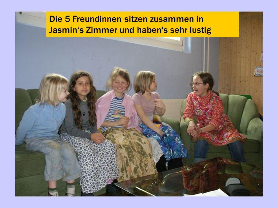 Die 5 Freundinnen sitzen zusammen in Jasmins Zimmer und haben's sehr lustig