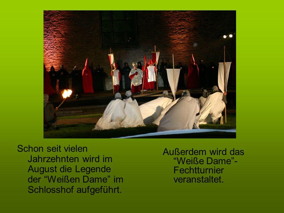Schon seit vielen Jahrzehnten wird im August die Legende der Weißen Dame im Schlosshof aufgeführt. Außerdem wird das Weiße Dame- Fechtturnier veransta