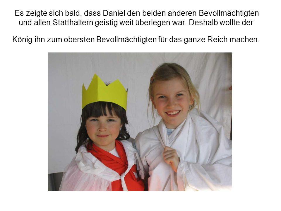 2525 Der König aber befahl, die Männer, die Daniel angezeigt hatten, samt ihren Frauen und Kindern zu den Löwen hinunterzuwerfen.