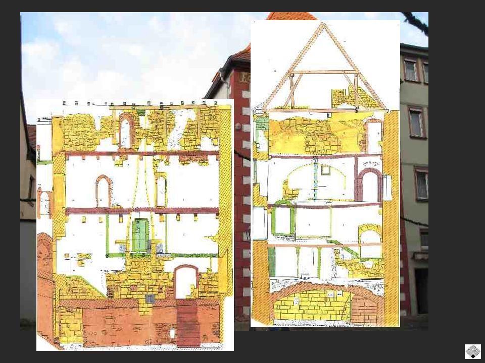 Mittelalterliches Handelshaus in Karlstadt Am Marktplatz 1425 - zweigeschossiges Fachwerkhaus traufseitig mit Walmdach als Vorderhaus zum Marktplatz hin errichtet.