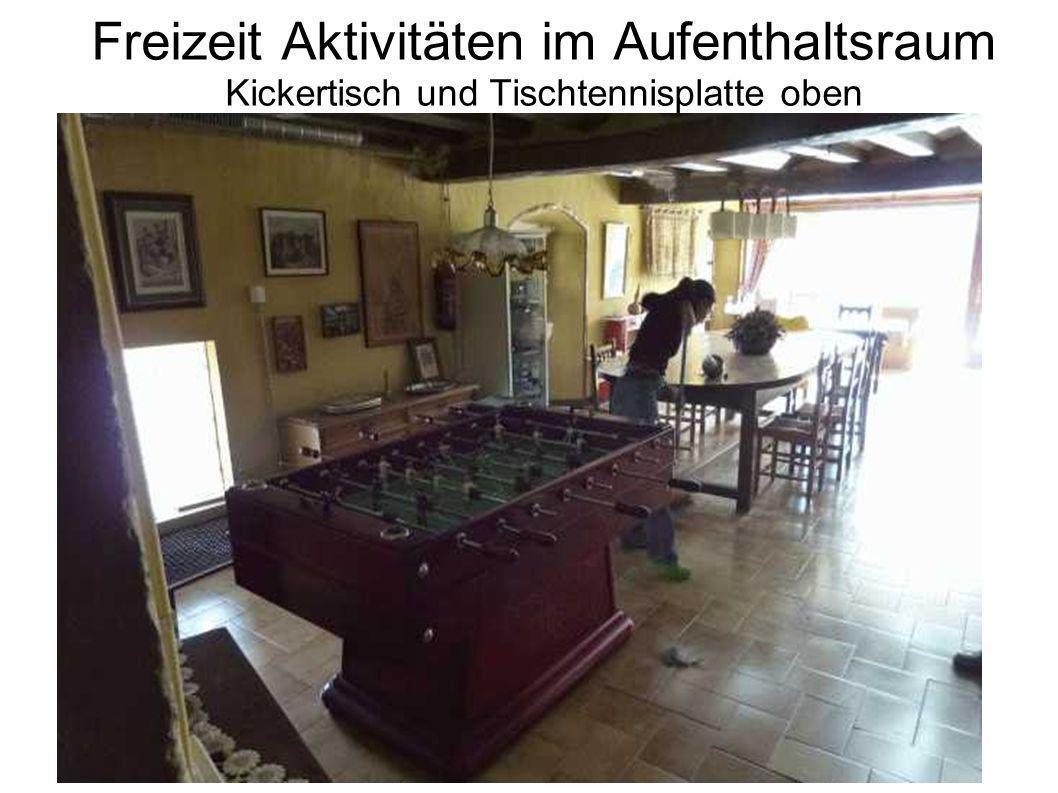 Freizeit Aktivitäten im Aufenthaltsraum Kickertisch und Tischtennisplatte oben
