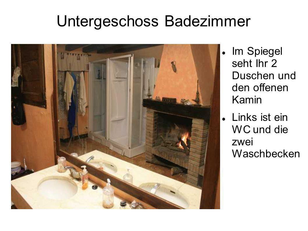 Untergeschoss Badezimmer Im Spiegel seht Ihr 2 Duschen und den offenen Kamin Links ist ein WC und die zwei Waschbecken