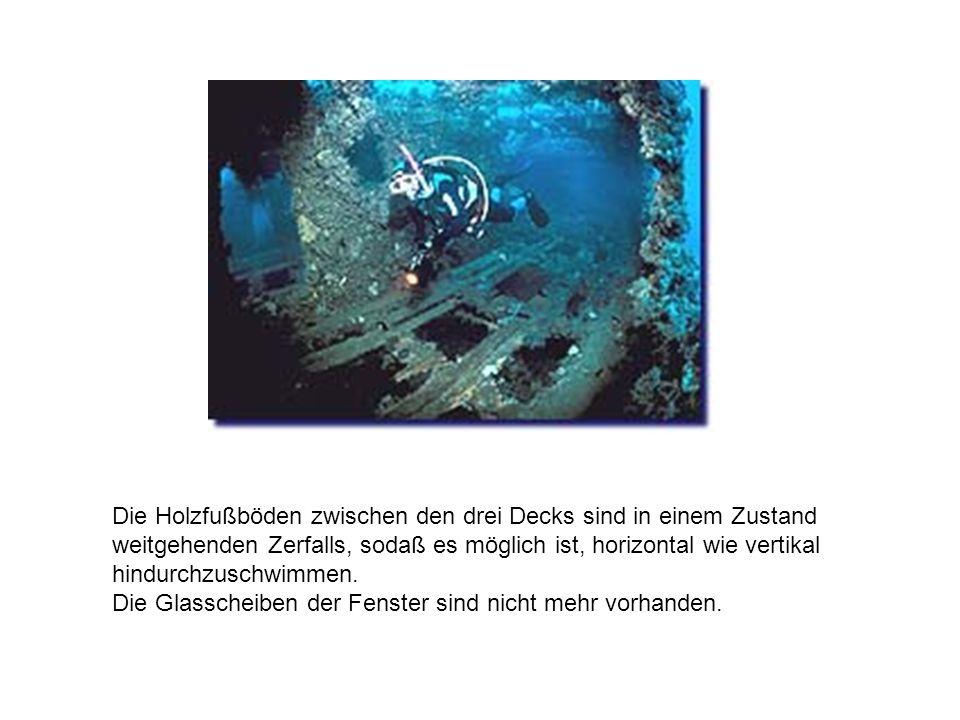 Die Brücke und der vordere Schornstein fehlen völlig,der hintere Schornstein ist umgestürzt und ragt in das Innere des Schiffes.