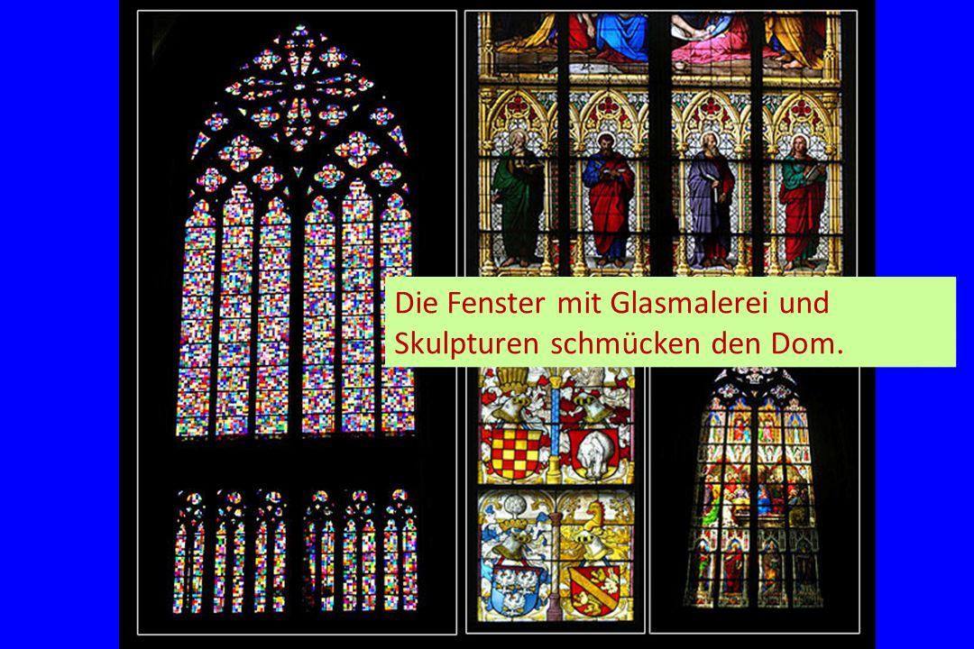 Die Fenster mit Glasmalerei und Skulpturen schmücken den Dom.