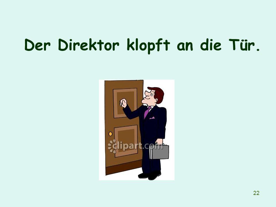 22 Der Direktor klopft an die Tür.