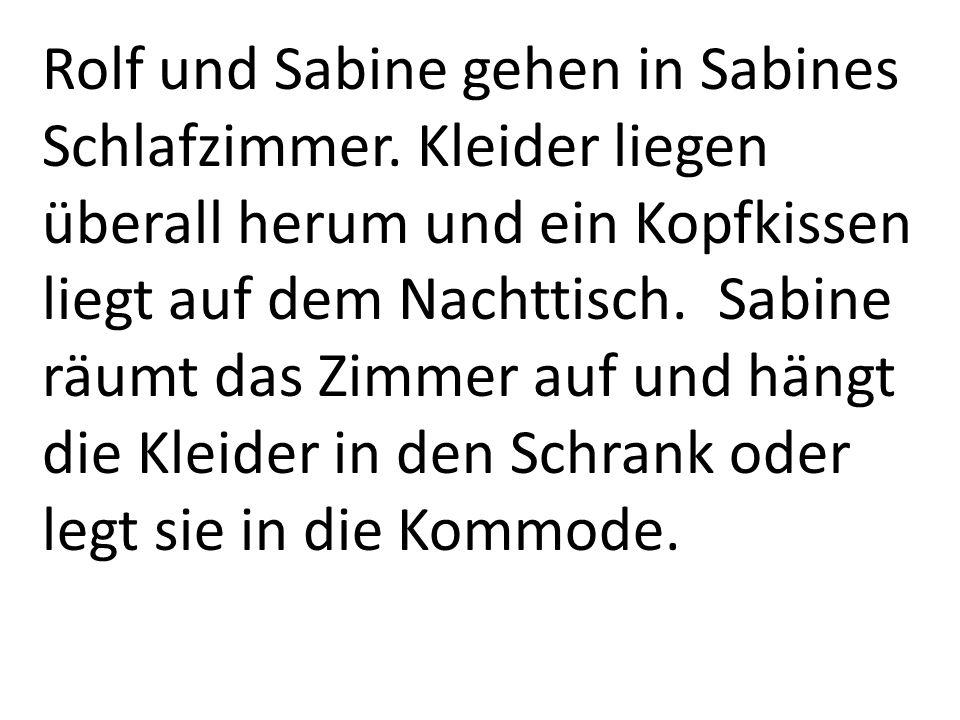 Rolf und Sabine gehen in Sabines Schlafzimmer. Kleider liegen überall herum und ein Kopfkissen liegt auf dem Nachttisch. Sabine räumt das Zimmer auf u