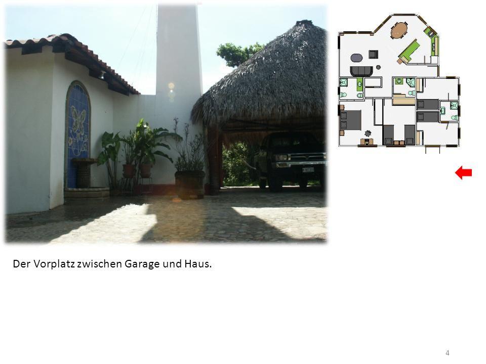 15 Links die Tür führt zu den kleinen Zimmern mit Stockbetten, rechts die Küche, gerade aus das Wohn-Ess-Zimmer.