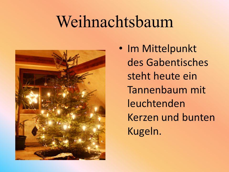 Weihnachtsbaum Im Mittelpunkt des Gabentisches steht heute ein Tannenbaum mit leuchtenden Kerzen und bunten Kugeln.