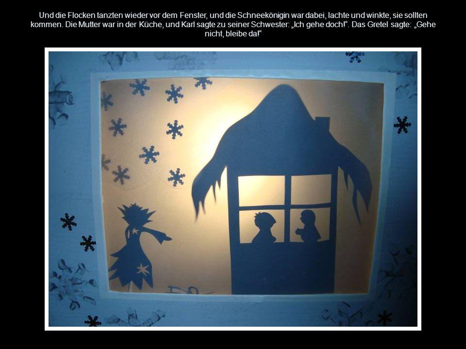 Und die Flocken tanzten wieder vor dem Fenster, und die Schneekönigin war dabei, lachte und winkte, sie sollten kommen. Die Mutter war in der Küche, u