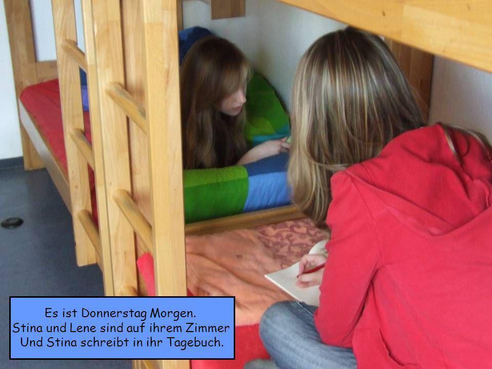 Es ist Donnerstag Morgen. Stina und Lene sind auf ihrem Zimmer Und Stina schreibt in ihr Tagebuch.