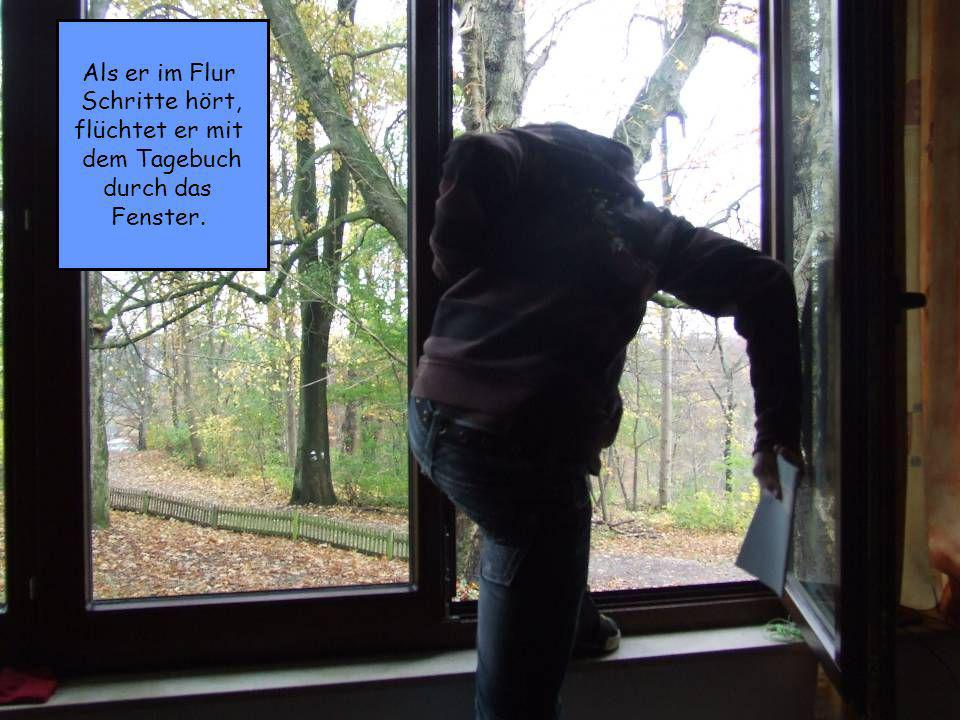 Als er im Flur Schritte hört, flüchtet er mit dem Tagebuch durch das Fenster.