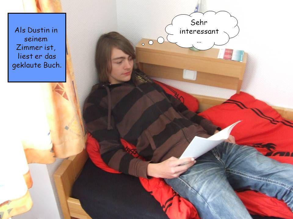 Als Dustin in seinem Zimmer ist, liest er das geklaute Buch. Sehr interessant …