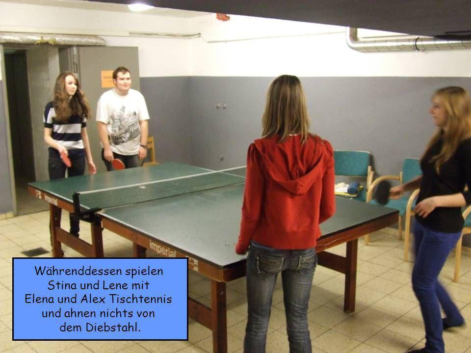 Währenddessen spielen Stina und Lene mit Elena und Alex Tischtennis und ahnen nichts von dem Diebstahl.
