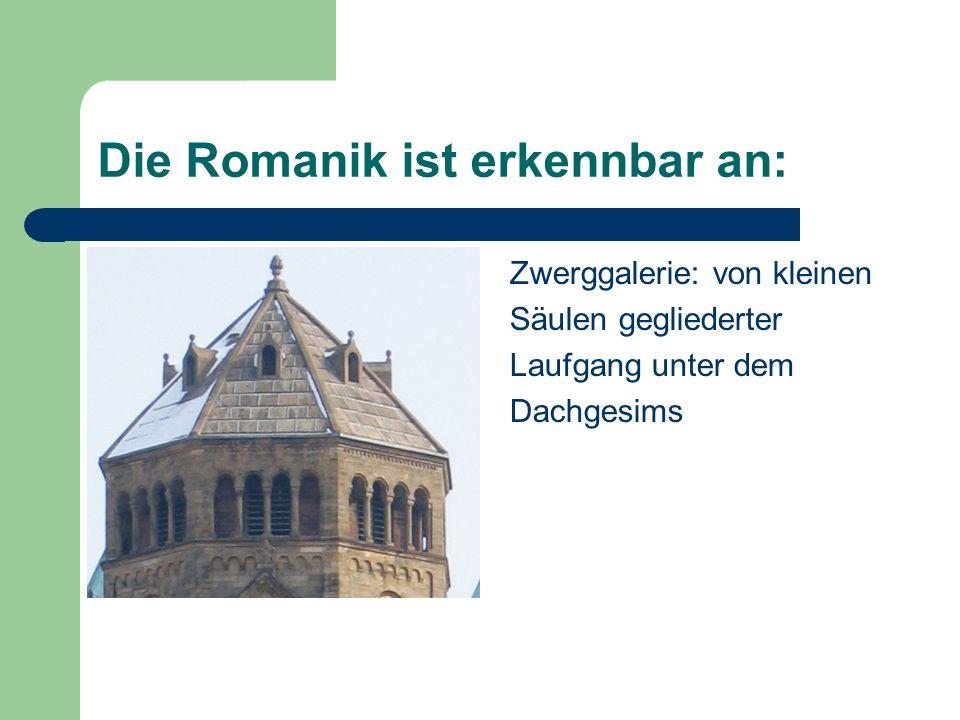 Die Romanik ist erkennbar an: Zwerggalerie: von kleinen Säulen gegliederter Laufgang unter dem Dachgesims