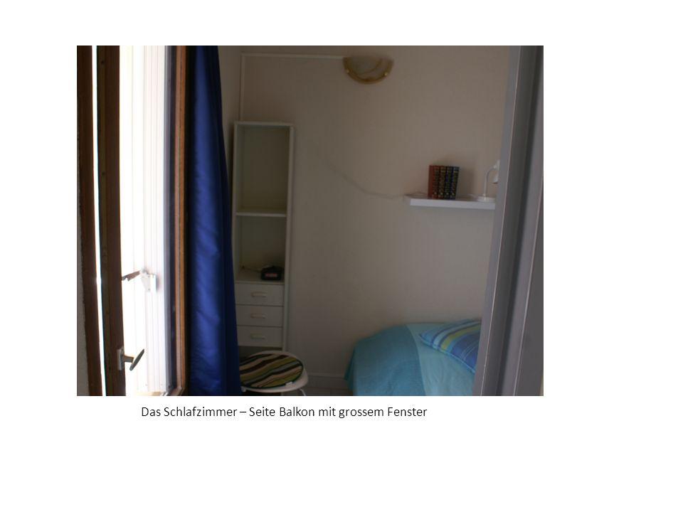Das Schlafzimmer – Seite Balkon mit grossem Fenster