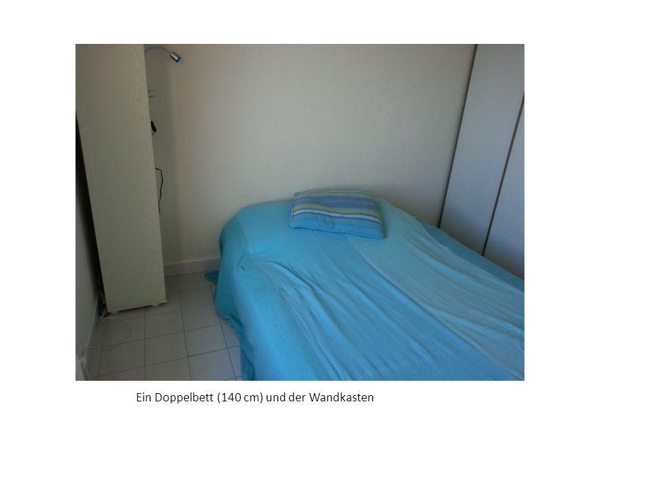 Ein Doppelbett (140 cm) und der Wandkasten