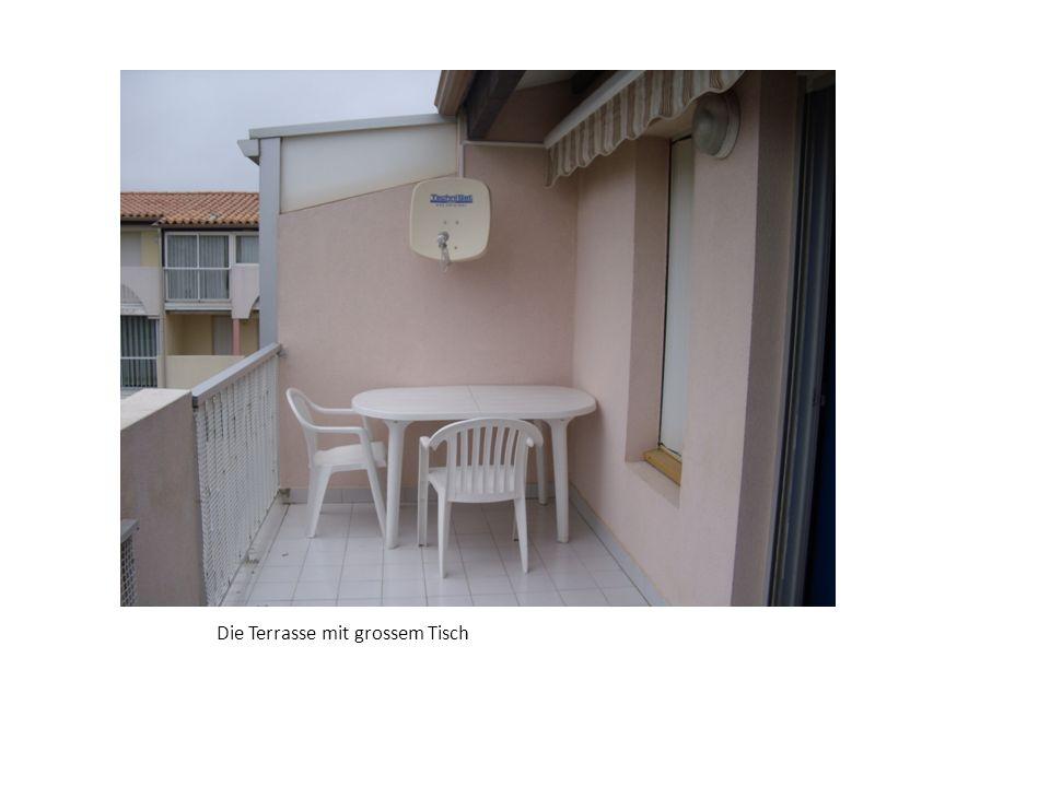 Die Terrasse mit grossem Tisch