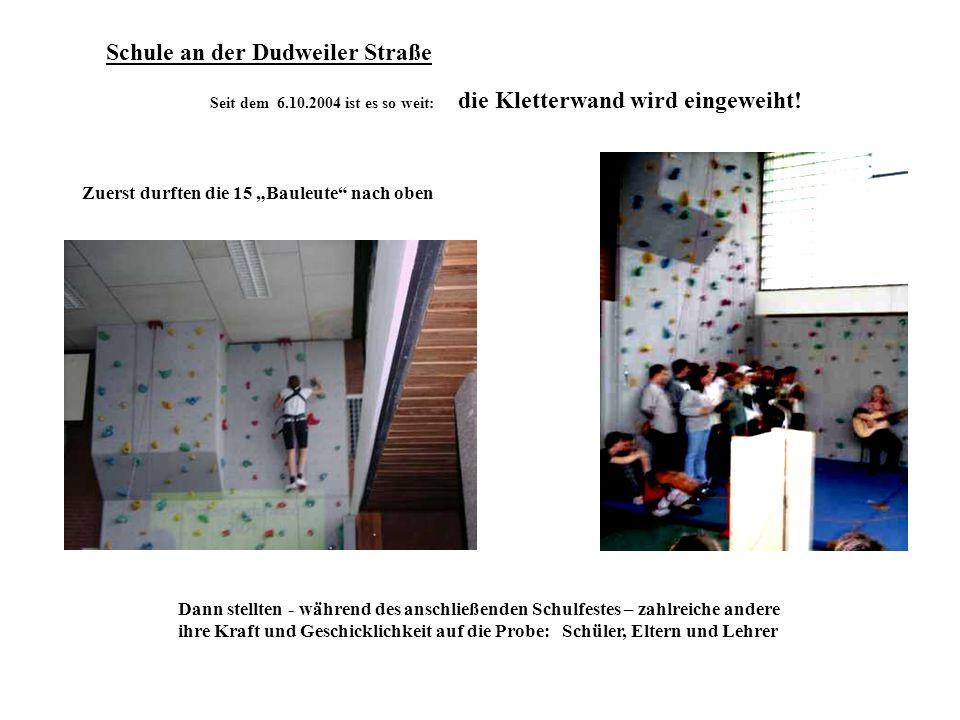 Seit dem 6.10.2004 ist es so weit: die Kletterwand wird eingeweiht! Zuerst durften die 15 Bauleute nach oben Dann stellten - während des anschließende