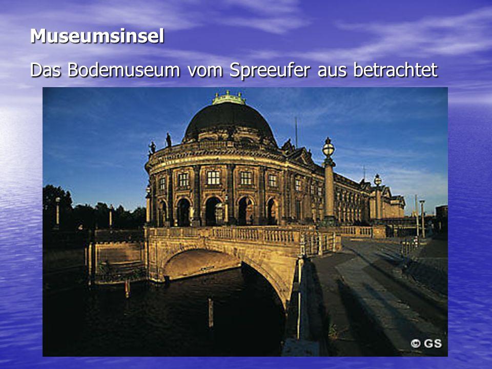 Museumsinsel Das Bodemuseum vom Spreeufer aus betrachtet