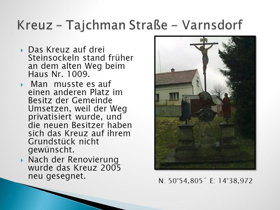 Das Kreuz auf drei Steinsockeln stand früher an dem alten Weg beim Haus Nr. 1009. Man musste es auf einen anderen Platz im Besitz der Gemeinde Umsetze