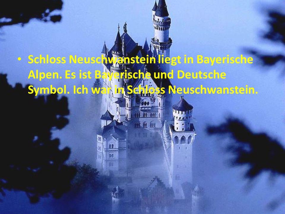 Das Schloss Neuschwanstein steht oberhalb von Hohenschwangau bei Füssen im südlichen Bayern.