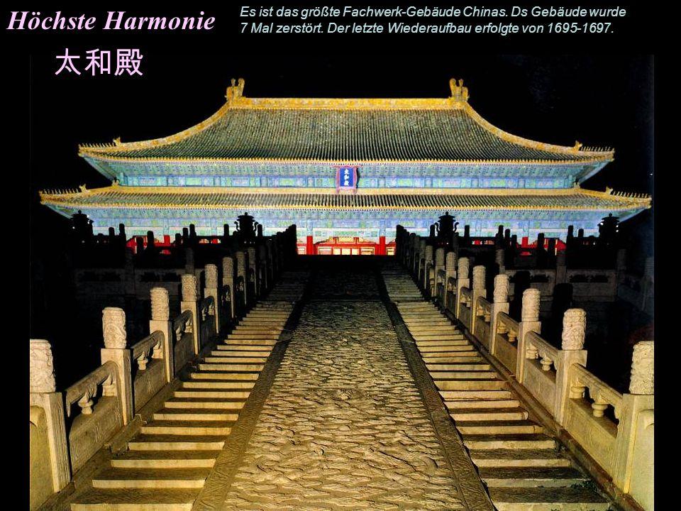 Halle der höchsten Harmonie- Einrichtung Reich mit schönen Schnitzereien verziert, steht der Drachenthron auf einer erhöhten Plattform umgeben von Urn