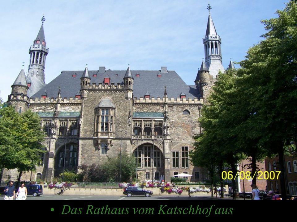 Das Rathaus vom Katschhof aus