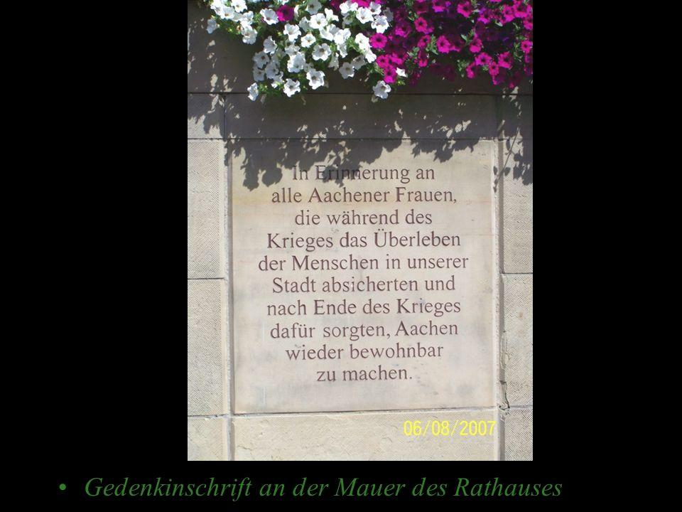 Gedenkinschrift an der Mauer des Rathauses