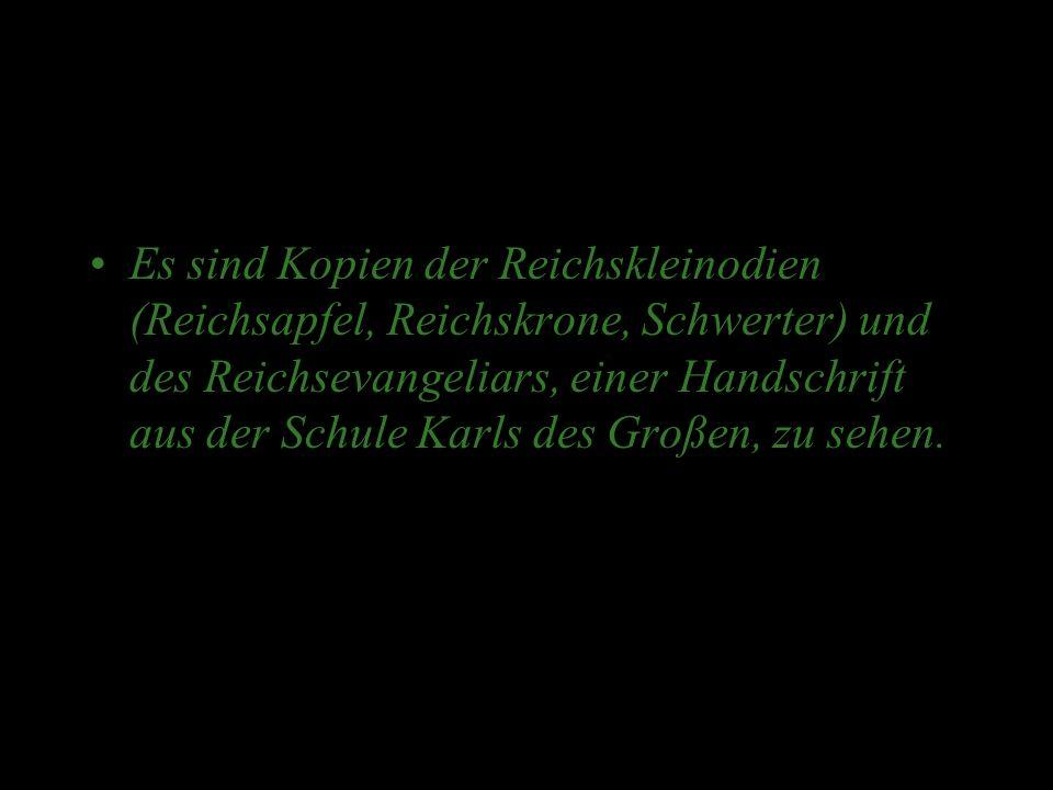 Es sind Kopien der Reichskleinodien (Reichsapfel, Reichskrone, Schwerter) und des Reichsevangeliars, einer Handschrift aus der Schule Karls des Großen