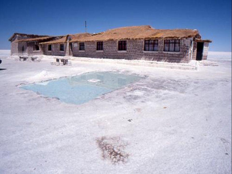 Diese trockenen Salzblöcke werden zum Bau eines Hotelgebäudes auf dem Salzsee verwendet!