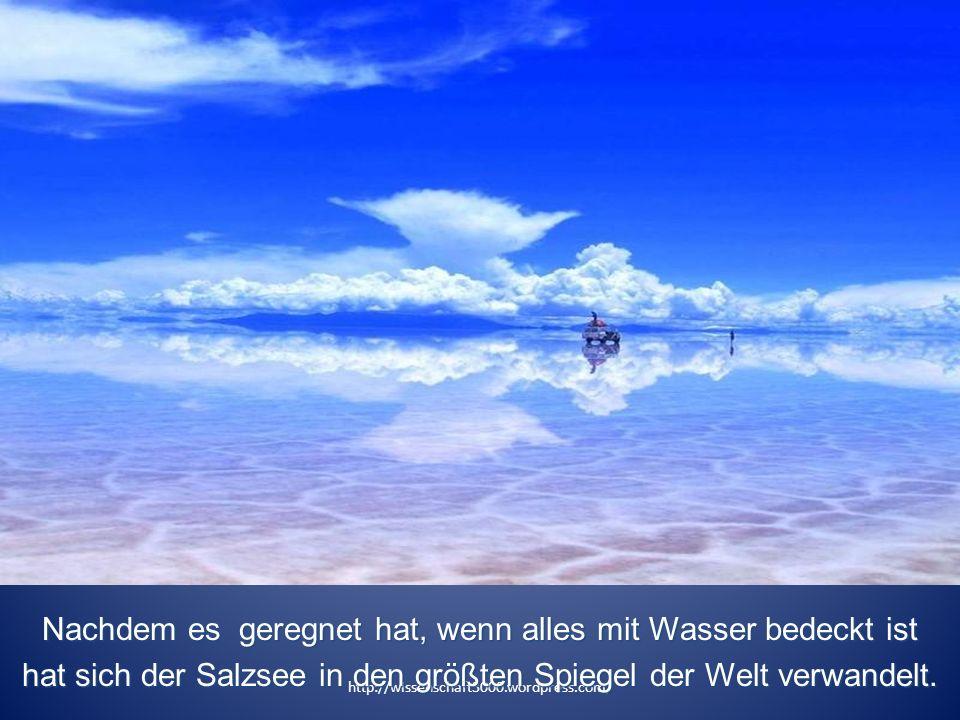Nachdem es geregnet hat, wenn alles mit Wasser bedeckt ist hat sich der Salzsee in den größten Spiegel der Welt verwandelt.