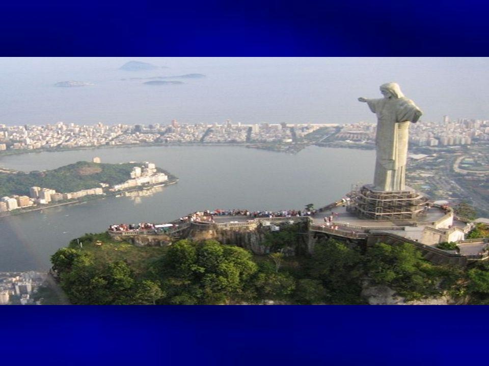 Die Statue ist 30 m hoch und ruht auf einem 8 m hohen Sockel, der auch eine Kapelle für 150 Personen beherbergt.