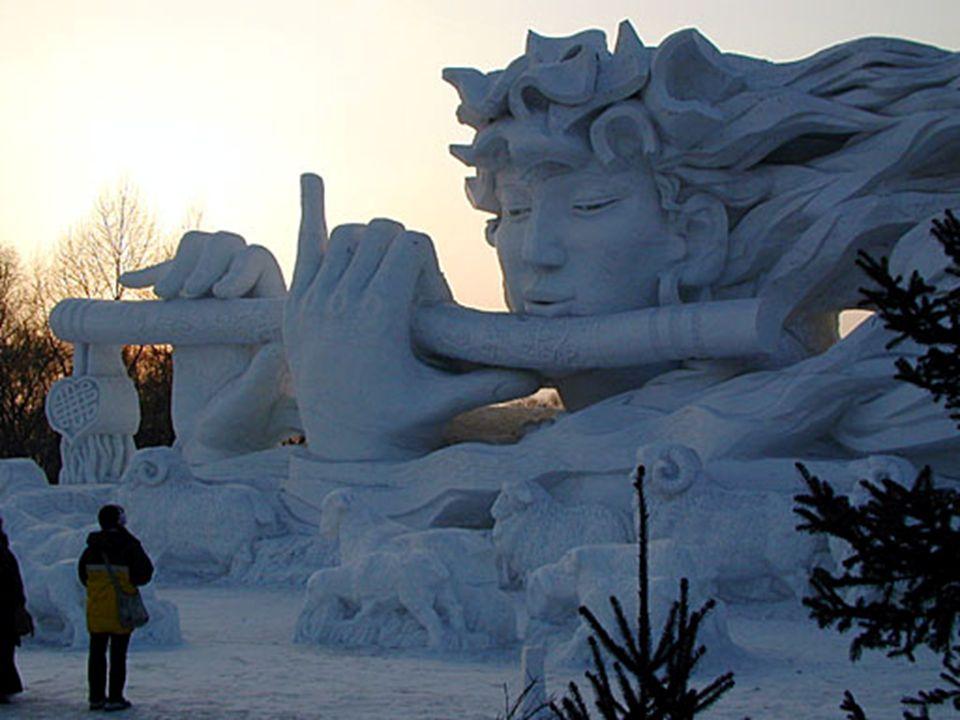 Hier sieht man einen Sonnenuntergang hinter der Eingangs-Skulptur. Das Festivalgebiet geht bis zu dem offenen Gelände nördlich des Flusses in Harbin: