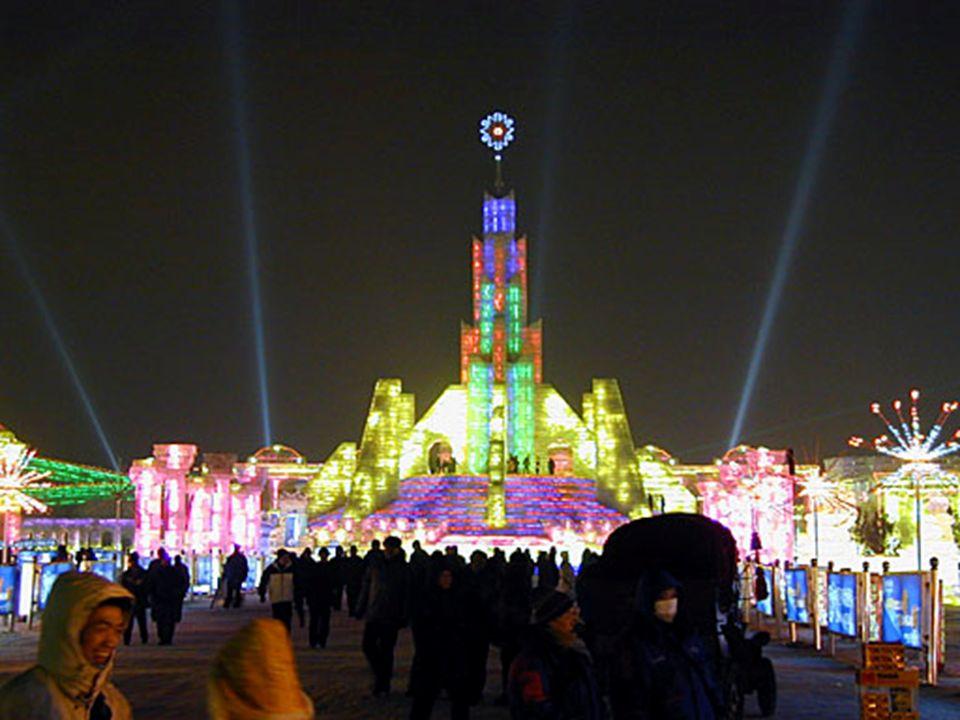 Hier ein Überblick über das Eisfestival. Man könnte denken, man ist in Disneyland. Überall sind Speisen- und Getränkestände aufgebaut. Der einzige Unt