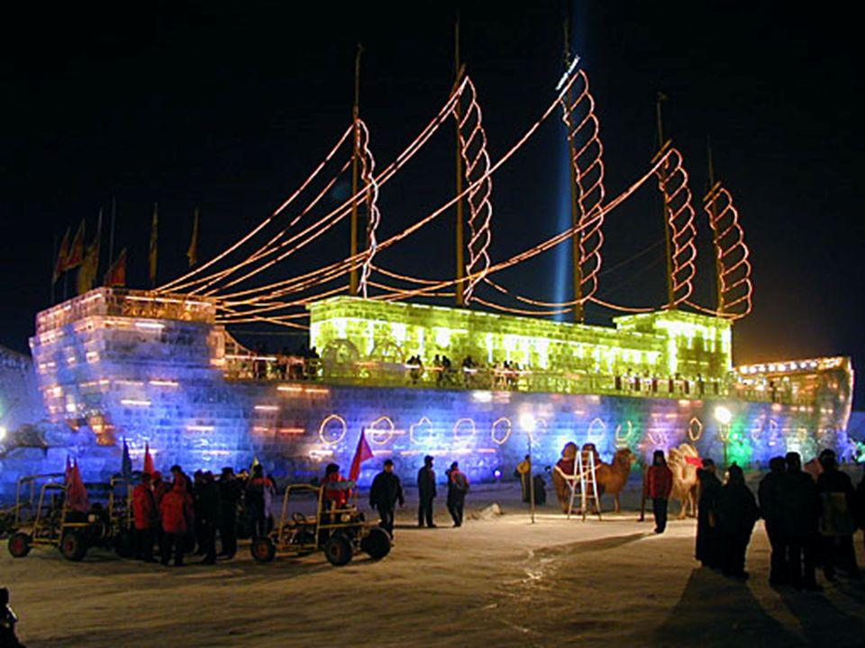 Ein Schiff (eine Dschunke), vollständig aus Eis gebaut, mit Passagieren an Bord.