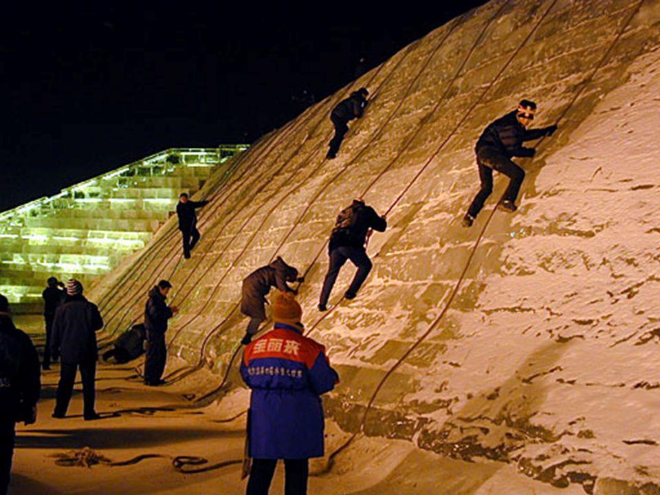 Die populärste Aktivität bei dem Festival ist das Klettern auf der großen Eis- Mauer. Das gesamte Eis kommt aus dem chin. Songhua Jiang, einem Nebenfl