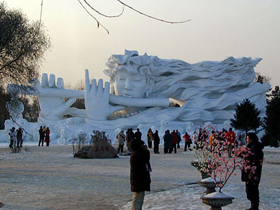Diese Mauer ist auch eine Eisbahn, worauf man mit hoher Geschwindigkeit hinunter rutschen kann.