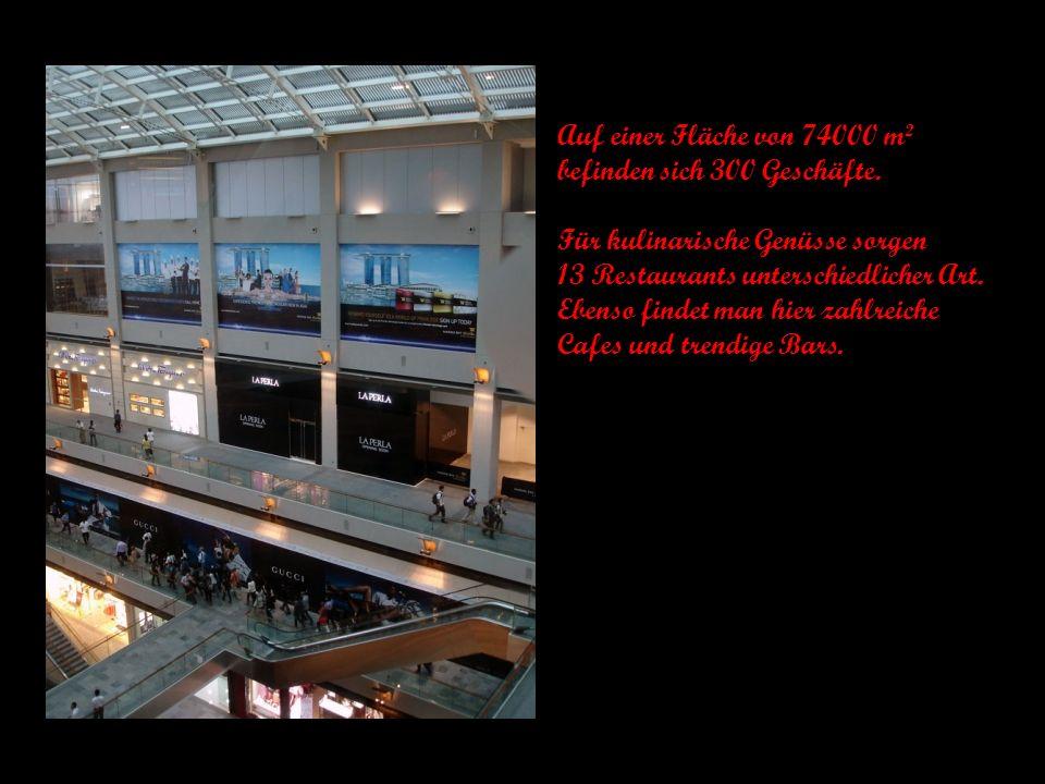 Zu zahlreichen Unterhaltungsmöglichkeiten gehört auch eine Bootsfahrt auf dem hoteleigenen Indoor-Kanal.