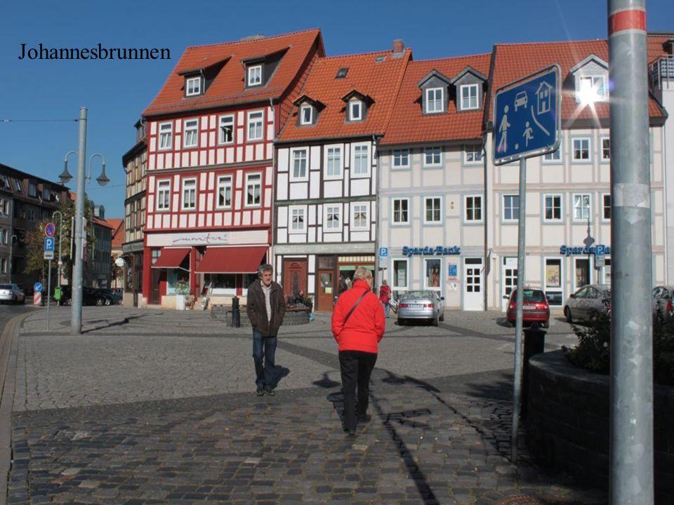 Historische Straßenbahn von 1934 Lindner-Fabrikat Die Häuser am Johannesbrunnen sind etwa 1986 erbaut worden als die dort bis dahin stehenden Fachwerk
