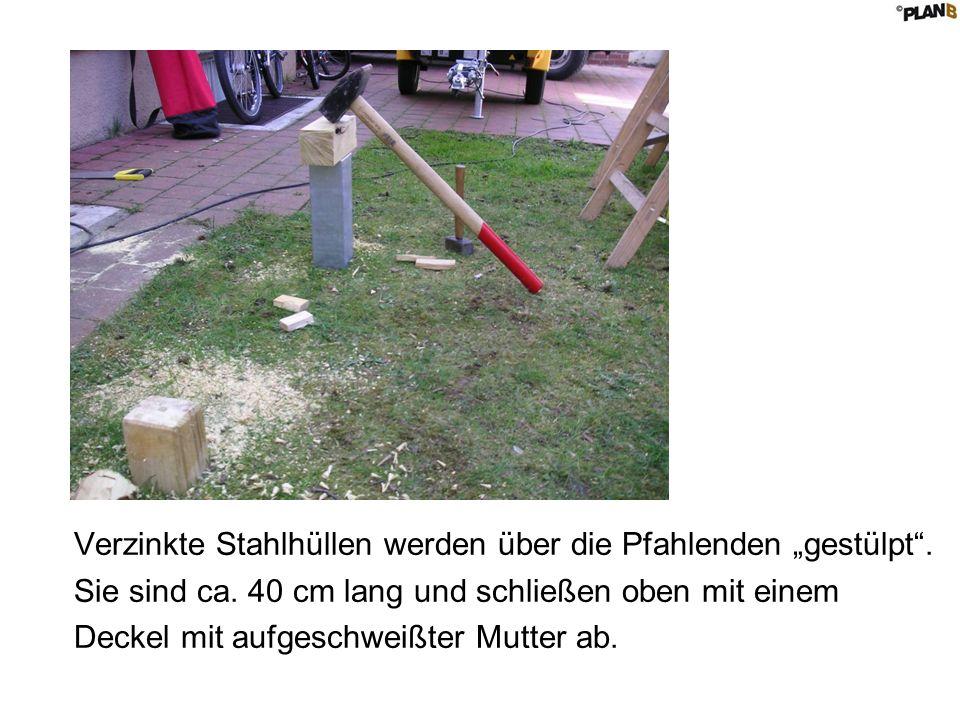 Verzinkte Stahlhüllen werden über die Pfahlenden gestülpt.