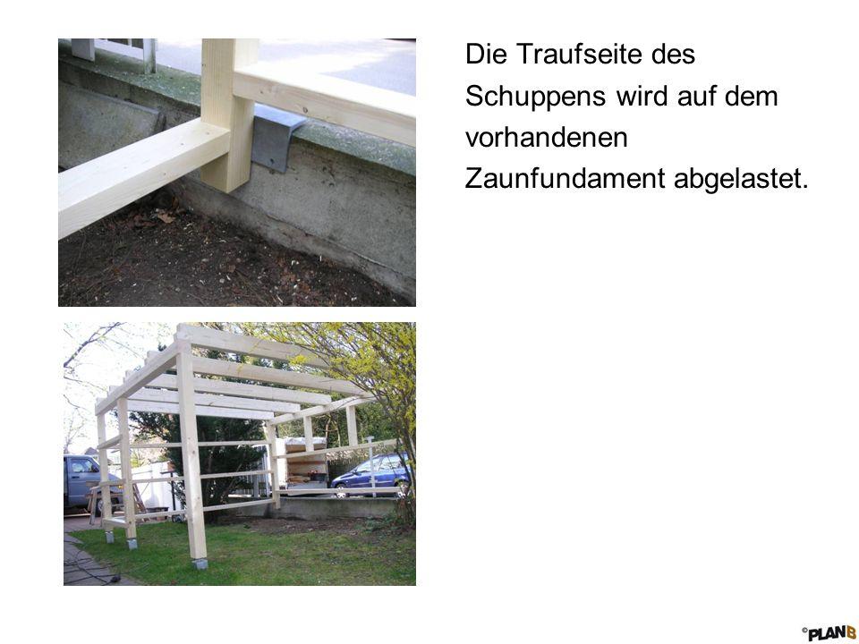 Die Traufseite des Schuppens wird auf dem vorhandenen Zaunfundament abgelastet.