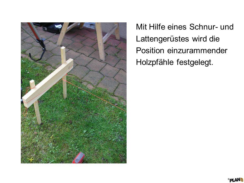 Mit Hilfe eines Schnur- und Lattengerüstes wird die Position einzurammender Holzpfähle festgelegt.