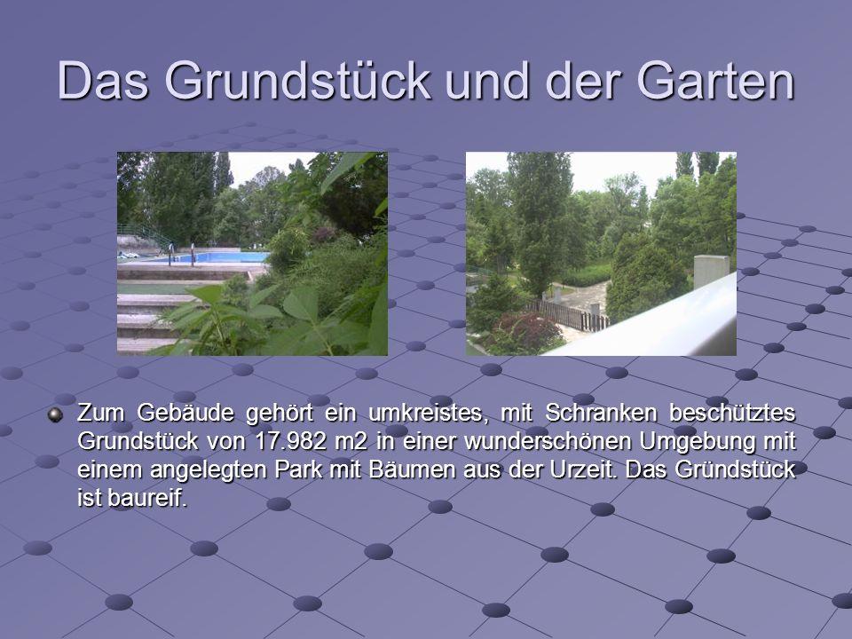 Das Grundstück und der Garten Zum Gebäude gehört ein umkreistes, mit Schranken beschütztes Grundstück von 17.982 m2 in einer wunderschönen Umgebung mit einem angelegten Park mit Bäumen aus der Urzeit.